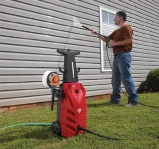 portable-pressure-washer-cleaning-siding